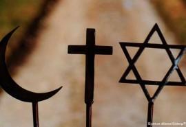 بسیاری از ساکنان مرکز و شرق اروپا دین و هویت ملّی را با هم مرتبط میدانند