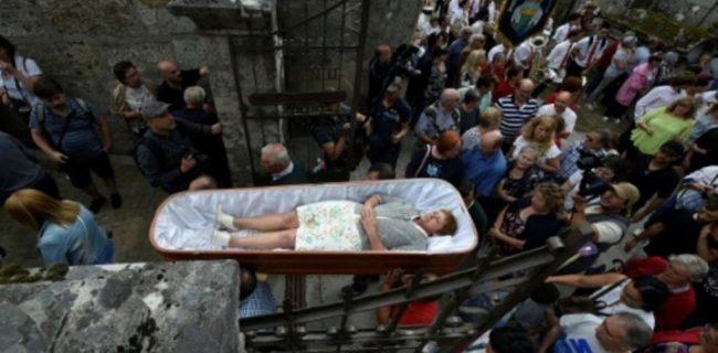 اسپانیا؛ خوابیدن زندگان در تابوت برای شکست دادن مرگ+عکس