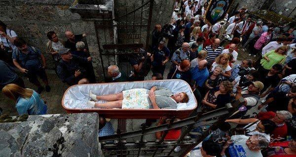 خوابیدن زندگان در تابوت برای شکست دادن مرگ + عکس