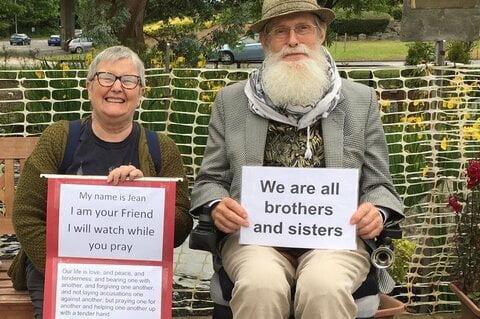 نگهبانی مادربزرگ ۶۹ ساله بریتانیایی از مسجد محل!