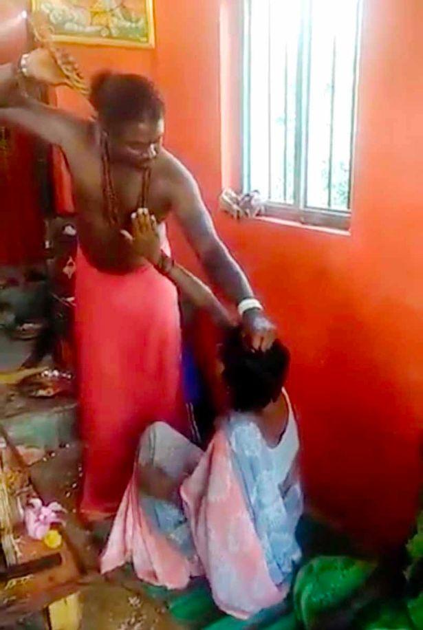 خارج کردن ارواح خبیث از بدن زن جوان توسط جنگیر + فیلم
