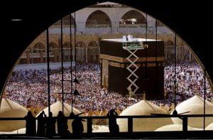 کارگران پشت بام کعبه را تمیز می کنند. مسلمانان هم در حال انجام مناسک حج عمره در شهر مقدس مکه هستند.