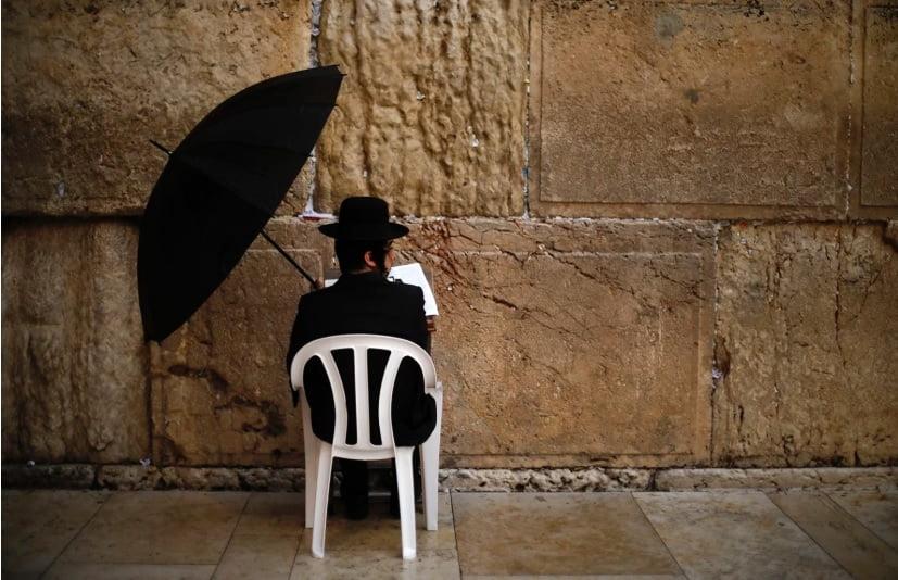 عبادت یک یهودی روبروی دیوار غربی، در شهر اورشلیم، مقدس ترین مکانی که یهودیان می توانند به عبادت بپردازند. با توجه به نگرانی از گسترش کرونا معتقدان یهودی در روز یکشنبه به دنبال الطاف الهی برای جلوگیری از شیوع این بیماری مسری هستند.