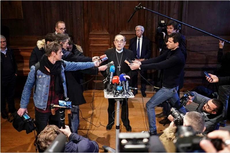 سخنرانی کاردینال فیلیپ باربارین در یک کنفرانس مطبوعاتی در لیون، فرانسه، پس از آن که دادگاه تجدید نظر فرانسه وی را از اتهام مخفی کردن سوءاستفاده جنسی از خردسالان در منطقه مدیریتی خود، تبرئه کرد.