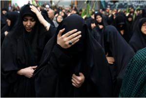 زنان مسلمان شیعه در مراسمی در گرامیداشت سالگرد شهادت حضرت فاطمه (س) در یک میدان مرکزی تهران عزاداری می کنند. در کشورهای شیعی مراسم عزاداری برای مقدس ترین بانوی جهان که در حدود سال ۶۳۰ میلادی به شهادت رسیده است، برگزار میشود.