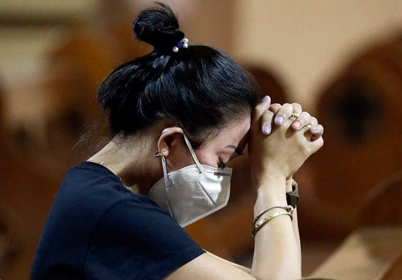 زنی در مراسم عشاء ربانی در محله چینی ها در مانیل، فیلیپین، از ماسک محافظ استفاده کرده است. در کنفرانس اسقف های کاتولیک فیلیپین این مسئله مطرح شد که در مراسم عشا ربانی باید به جای قرار دادن نان مقدس در دهان افراد، آن را روی دست ها بگذارند. این عمل یک اقدام احتیاطی در این مراسم است تا از شیوع ویروس کرونا در این کشور که اکثراً کاتولیک هستند جلوگیری شود.