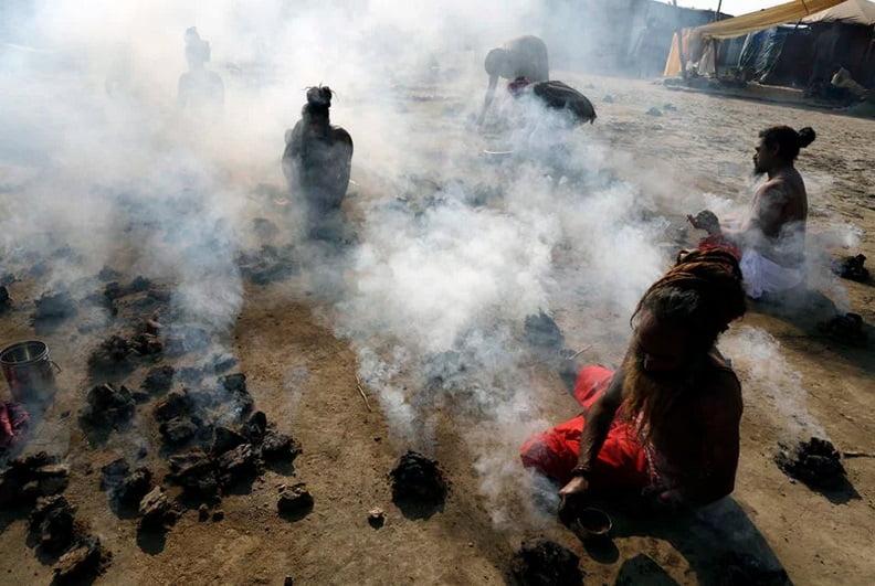 مردان هندو در حال سوزاندن سرگین خشک شده گاو در سنگام، تلاقی رودخانه های گنگ، یامونا و ساراسواتی در نمایشگاه سنتی سالانه مگ ملا در پرایاگراژ هند: جمعه، ۳۱ ژانویه ۲۰۲۰
